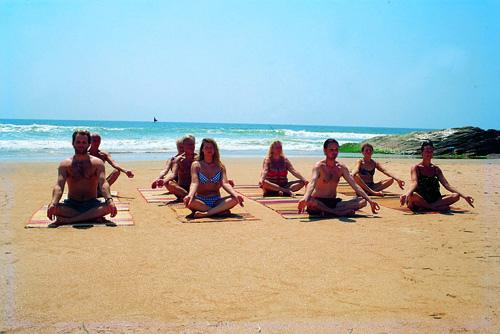 yoga gruppo sulla spiaggia